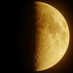 Луна Август